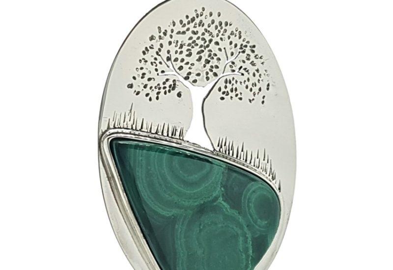 Colgante árbol de la vida con piedra de malaquita realizado en plata.