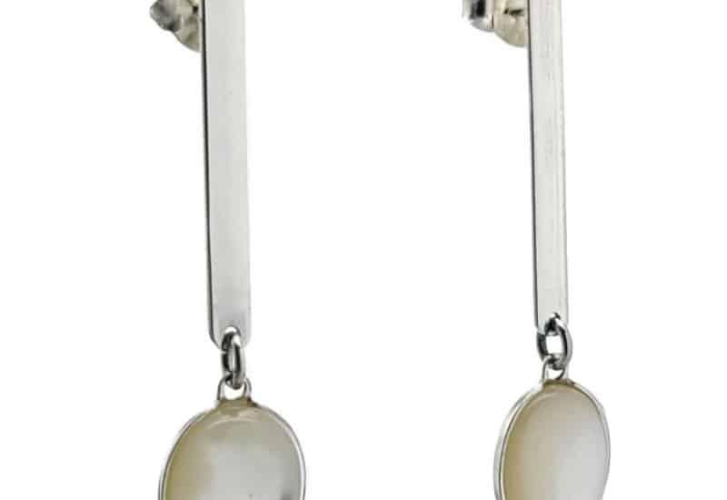 Pendientes largos de plata y piedra oval de nácar.