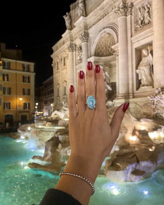 Las joyas de LaMinadePlata.com viajan por todo el Mundo. Anillo larimar mostrado en la Fontana de Trevi.