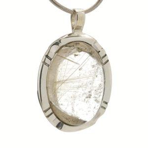 Colgante de plata con piedra oval de cuarzo rutilado transparente.