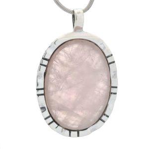 Colgante plata de base oval con piedra de cuarzo rosa de 25 x 35 mm.