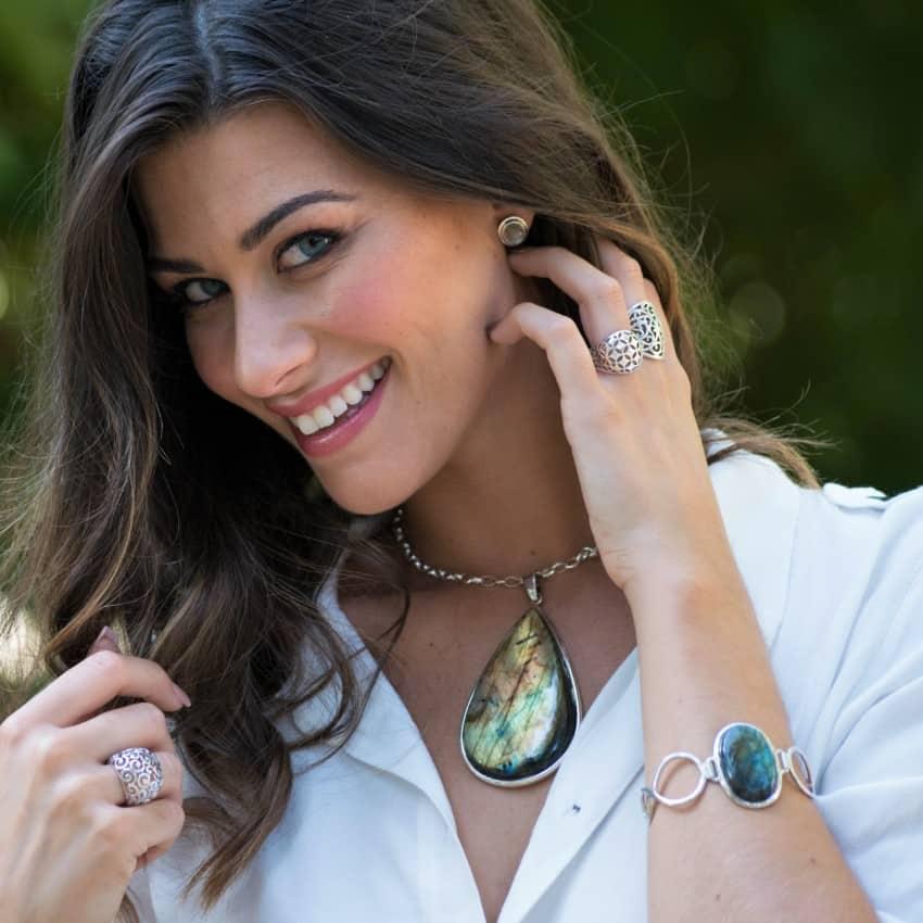 Modelo luciendo joyas de labradorita, Colgante y pulseras en plata.