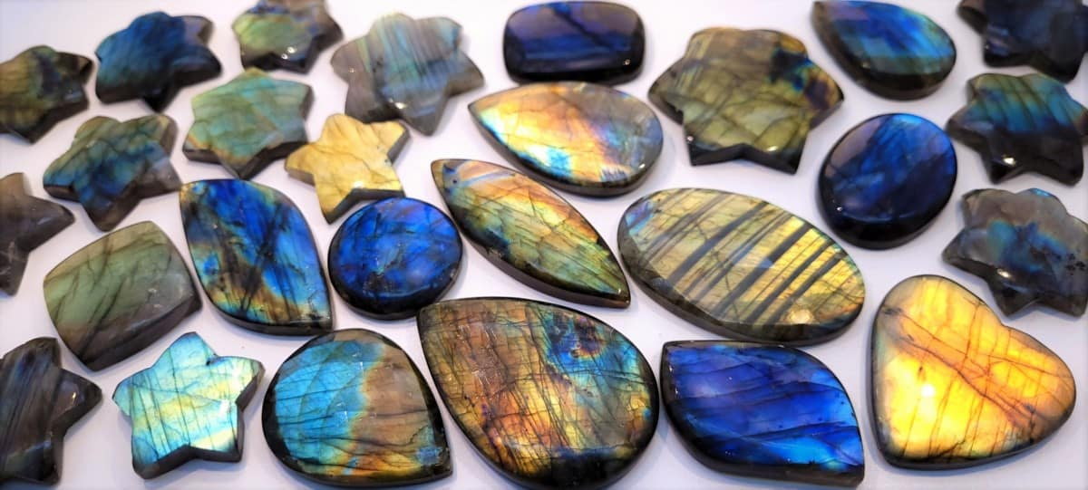 Labradorita. Propiedades. Piedras de labradorita pulida con reflejos de labradorescencia múltiples colores, desde azules a anaranjados