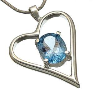 Colgante corazón con topacio azul montado en plata 925